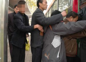 crowd getting on a bus, pickpocket stealing wallet