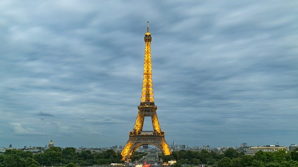France - Pickpocket and Scam Activity at the Eiffel Tower