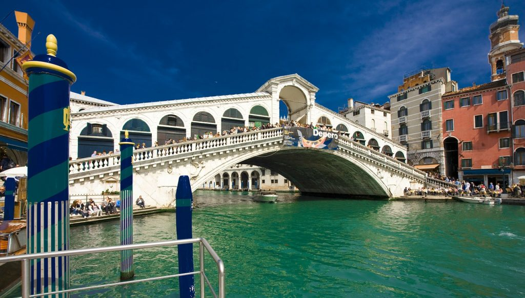avoid tourist scams in Venice, pickpockets rialto bridge, venice italy